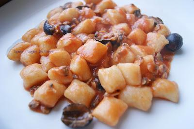 gnocchetti con sugo di vongole e olive nere
