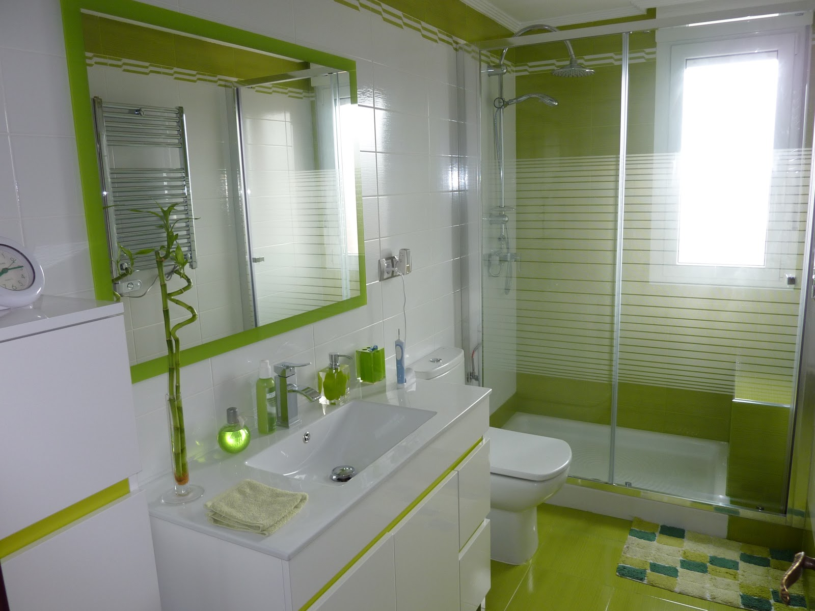 Ba os en verde pistacho for Color verde grisaceo para paredes