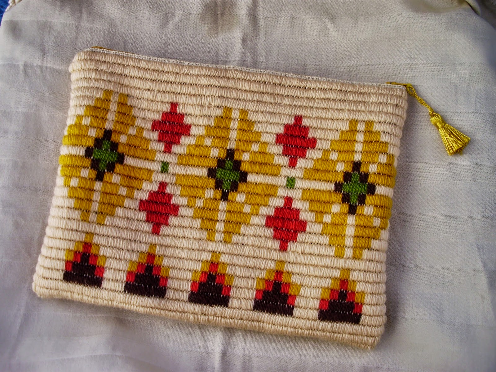 La mar de manualidades bolsitos bordados en tela y en saco - Manualidades con tela de saco ...