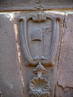 Dovella central de la portalada de Sant Sadurní