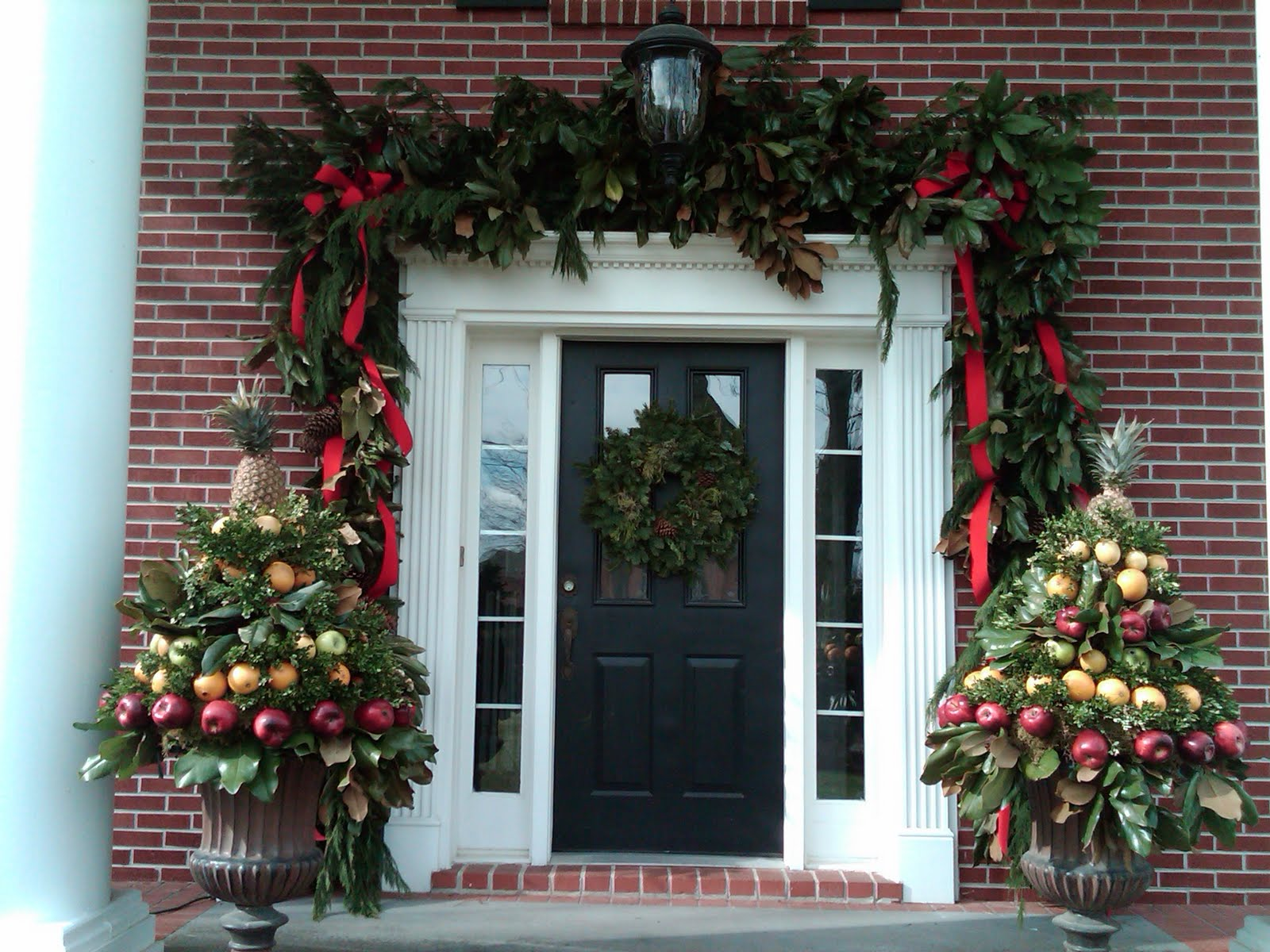 Anyone can decorate the christmas porch for Front door ideas photos