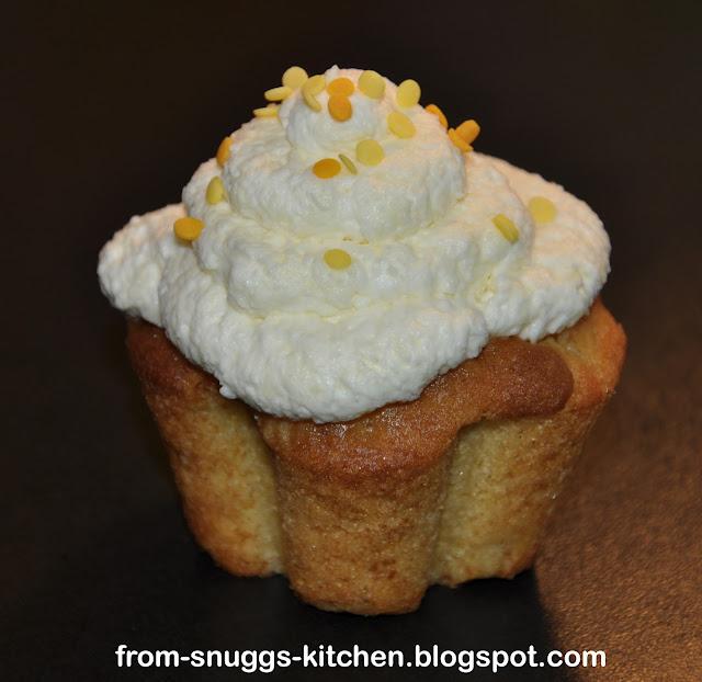 Ananas-Maracuja Muffins mit Sahne-weiße Schokolade Topping