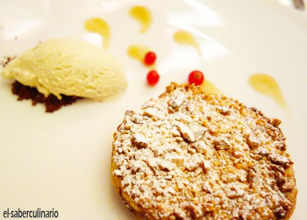 Panchineta u hojaldre de crema con helado de vainilla