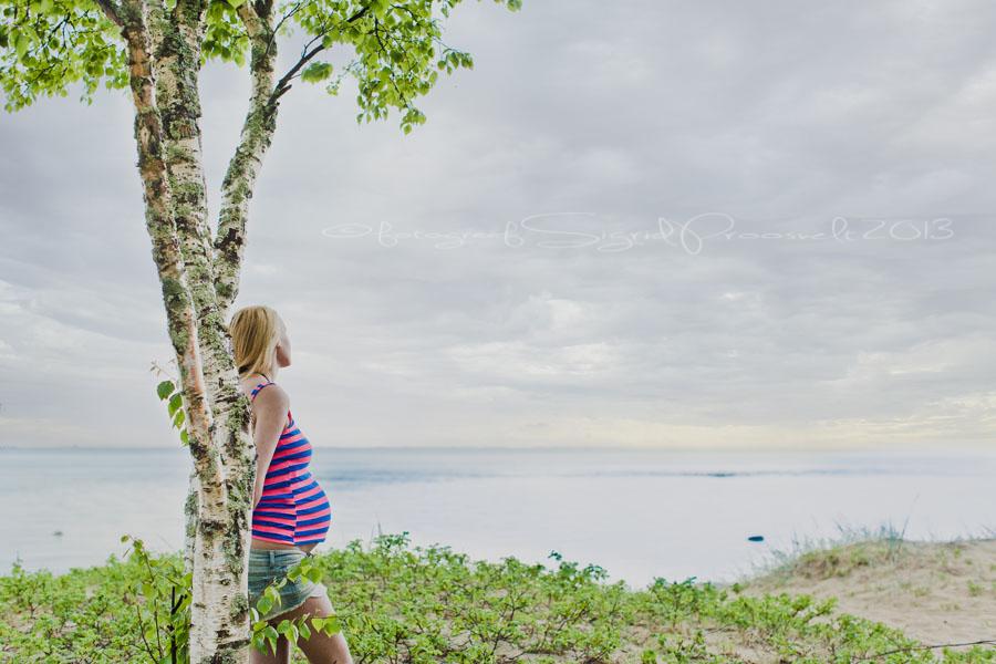 lapseootel-naine-laulasmaa-rannas-vaatab-merele