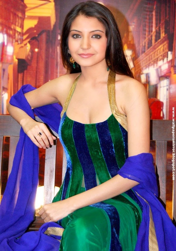 10 Latest Anushka Sharma Hot Photos