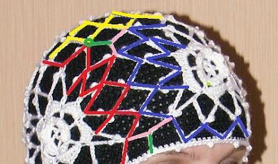 Оригинальная черно-белая шапка из цветков крючком