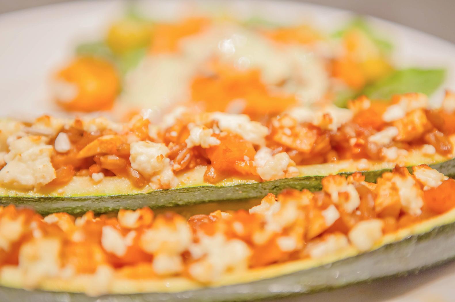 Überbackene Zucchini mit Grünkernfüllung und Schafskäse