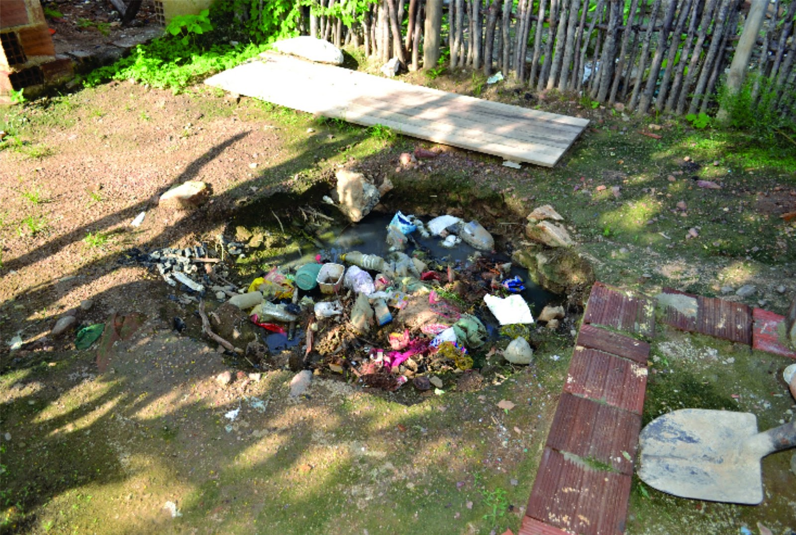 Desanimados com o descaso muitos moradores está enchendo de lixo o  #997B32 1600 1075
