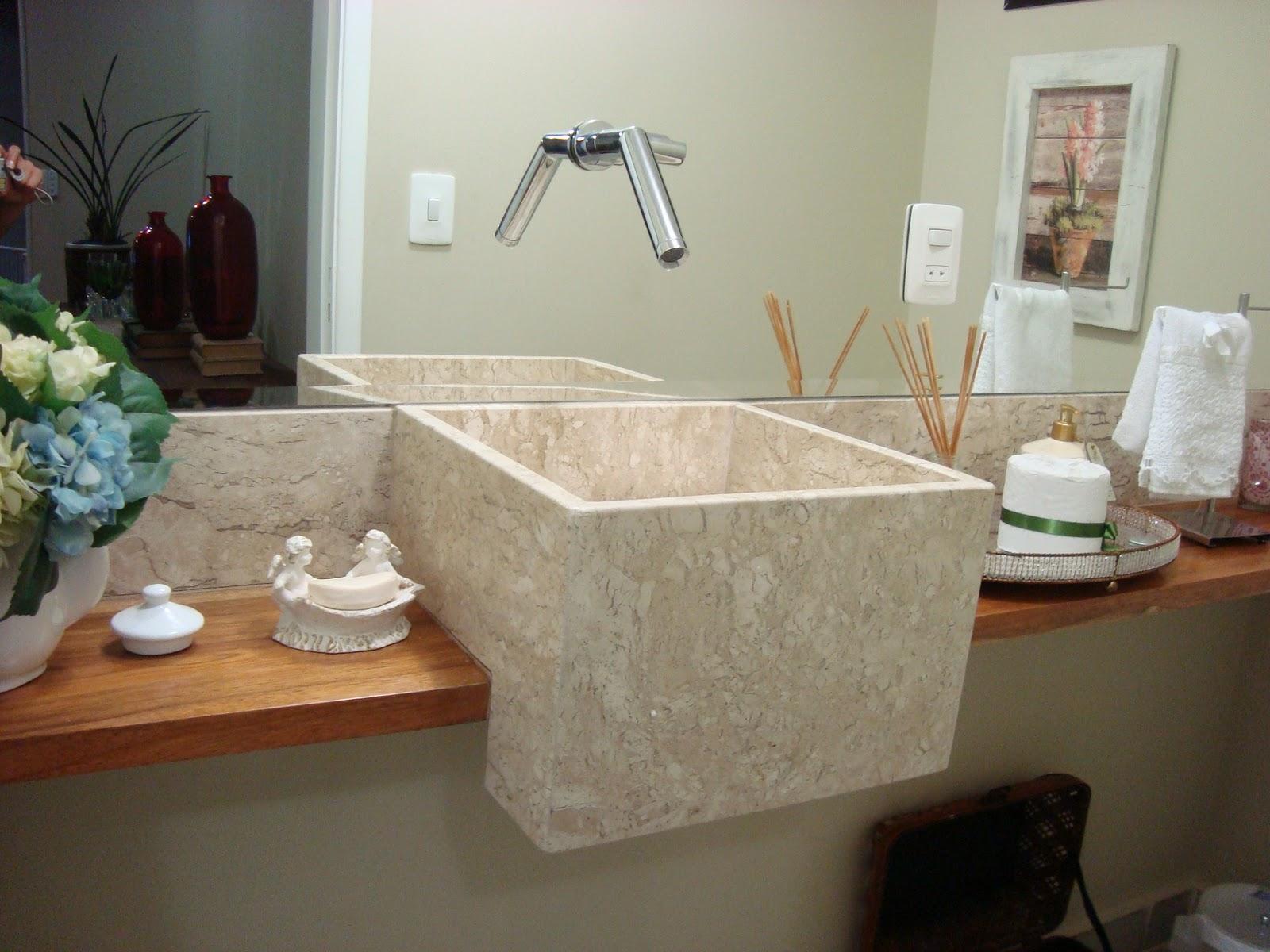 detalhe da bancada de madeira e cuba em mármore travertino nacional #61442F 1600x1200 Banheiro Com Bancada De Marmore Travertino