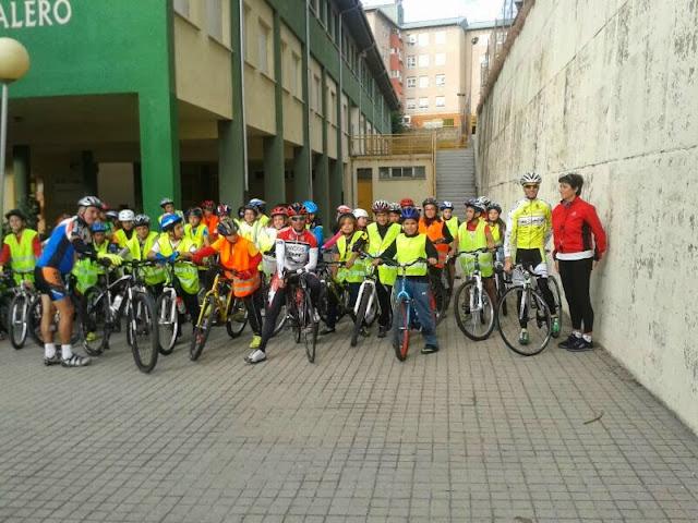 alumnos del marques de valero en el patio del centro con la bicicleta