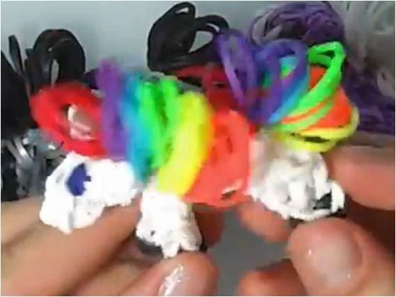 Cómo hacer un llavero de caballito de gomas