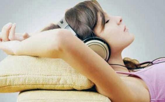 http://2.bp.blogspot.com/-X10RZ40etyU/UrG85-XiF2I/AAAAAAAABCE/8C-gITMU8og/s1600/tidur-sambil-dengar-musik.jpg