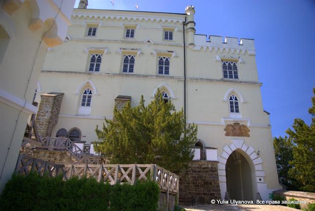 Справа вход во внутренний двор Тракошчана