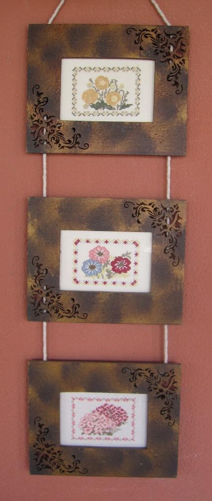 Tres cuadros de punto de cruz con motivos florales