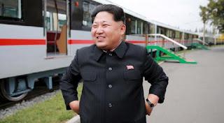 Απίστευτος νόμος στη Β.Κορέα: Βγήκαν στο δρόμο κομμωτές - Τους κουρεύουν όλους όπως ο Κιμ Γιονγ Ουν!