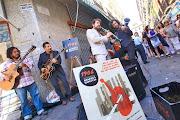. Mastretta y Llibert Fortuny se han hecho pasar por músicos callejeros . donativo de basicos mundi para crear ii banco de intrumentos fot grafo mateo li bana