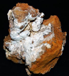 Hidrozincita. Mina de zinc de Mercadal, Cartes, Cantabria