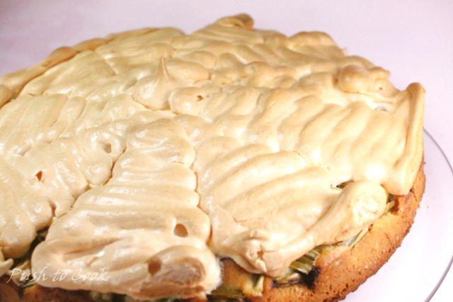 Пирожное меренга с ревенём