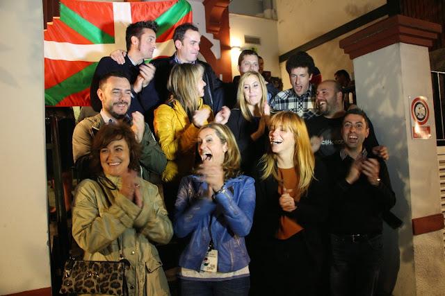 Amaia del Campo y su equipo celebran la victoria en el 'batzoki' de Los Fueros la noche electoral