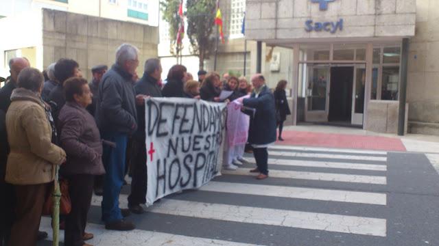 Maniestantes frente al hospital de Béjar