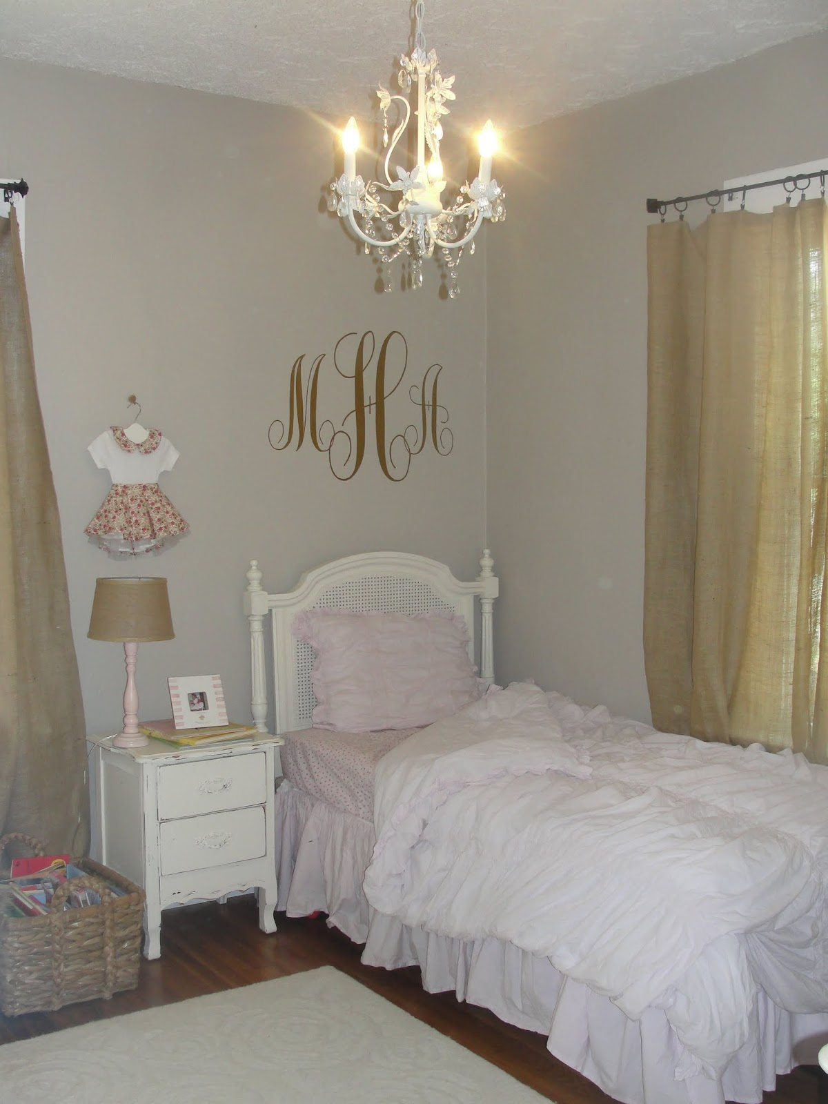 Life as amy knows it mckenna 39 s room for Reasonably priced living room furniture