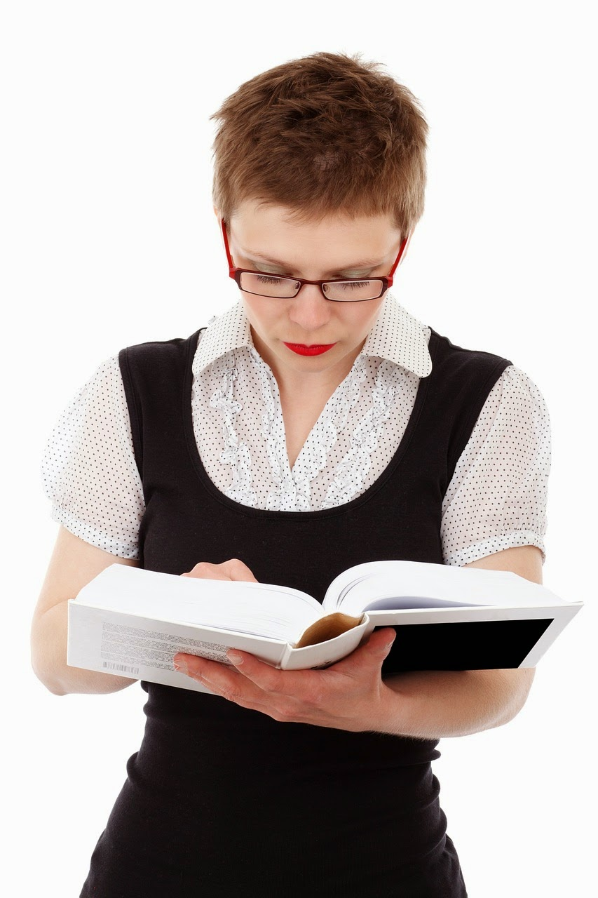 Frau liest in einem Buch