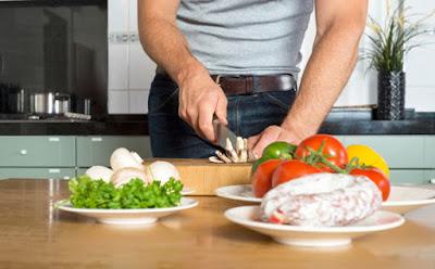 Homem que cozinha e cuida dos filhos pode virar gay diz igreja