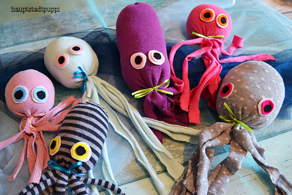 bunte Oktopoden aus einzelnen Socken für den guten Zweck - DIY Socken - Hauptstadtpuppi