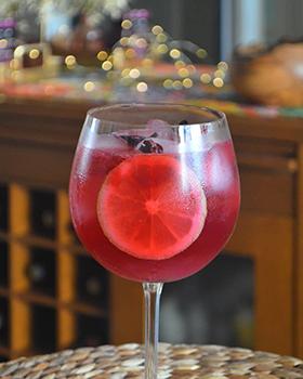Gin tônica de hibisco com limão siciliano