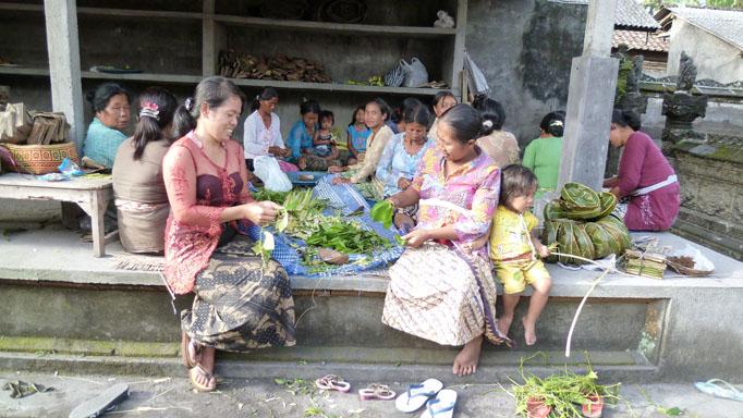 Preparando las ofrendas en Bali