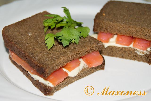 Ржаной хлеб с копченой семгой и сливочным сыром