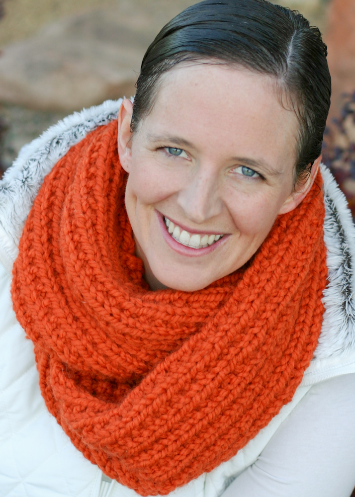 A Chunky Moebius Cowl - an easy chunky knit free pattern - Flax & Twine