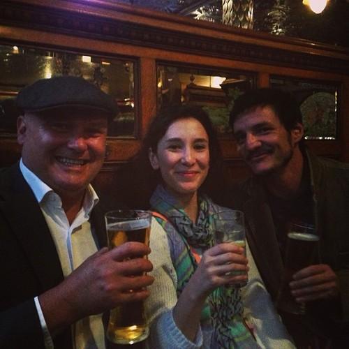 Conleth Hill (Varys), Sibel Kekili (Shae) y Pedro Pascal (Oberyn) bebiendo cerveza - Juego de Tronos en los siete reinos