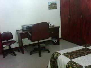 escritorio con sillas rotativas en apartamento amoblado de Bogota