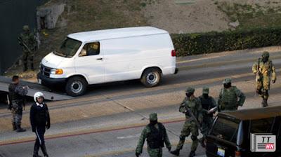 Một vụ phát hiện thi thể người chất trong xe bỏ lại bên đường ở Mexico - Ảnh: AFP