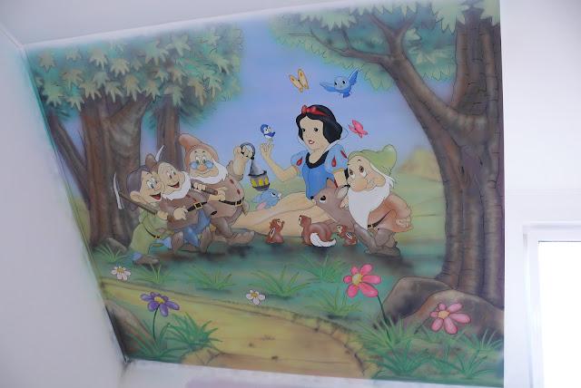 aranżacja ściany w pokoju dziewczynki, malowanie obrazu na ścinie skośnej pokoju dziewczynki