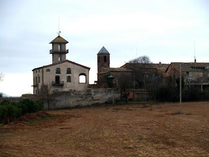 El mas de Can Graells al costat del campanar de Sant Iscle i Santa Victòria