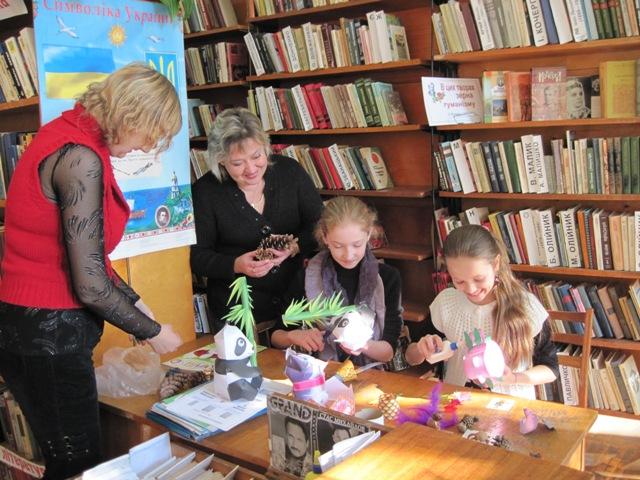 Як зробити іграшку своїми руками дітей вчать: керівник гуртка Т. А. Мазур (справа) та бібліотекар 2-ї категорії абонементу для дорослих Т. В. Калюжна.