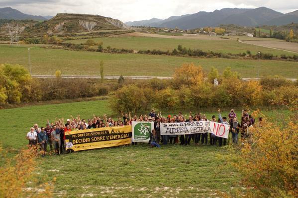 Una concentración de la Red de Apoyo Mutuo en respuesta a las Interconexiones Energéticas Pirenaicas, realizada durante el pasado Volt2