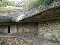 La gran llosa de pedra sorrenca sota la que es troba la Bauma de les Set Portes