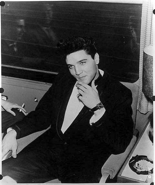 http://4.bp.blogspot.com/-KIZdBSt_lO8/UAHPnPHa8qI/AAAAAAAAAtU/IG73xfCth7Y/s640/Elvis-Presley-rare-pics-03.jpg