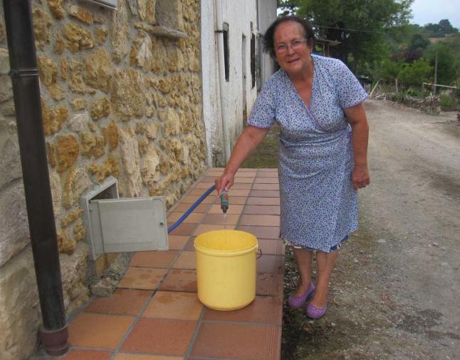 aqualia corte de agua vecina carga un cubo