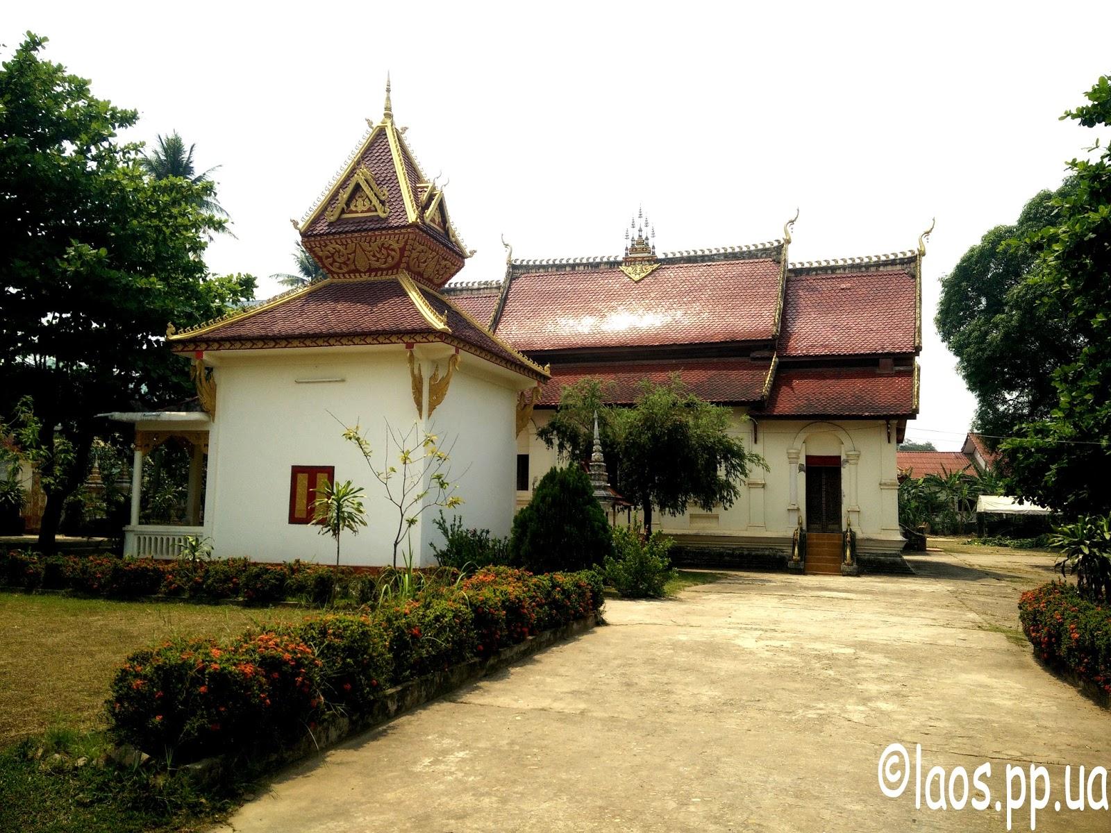 Территория лаосского буддиского храма