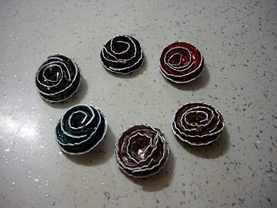 El arte de reciclar broches con forma de flor hechos con - Que hacer con capsulas nespresso ...