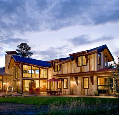 Moderna de campo construido en madera y tejado azul
