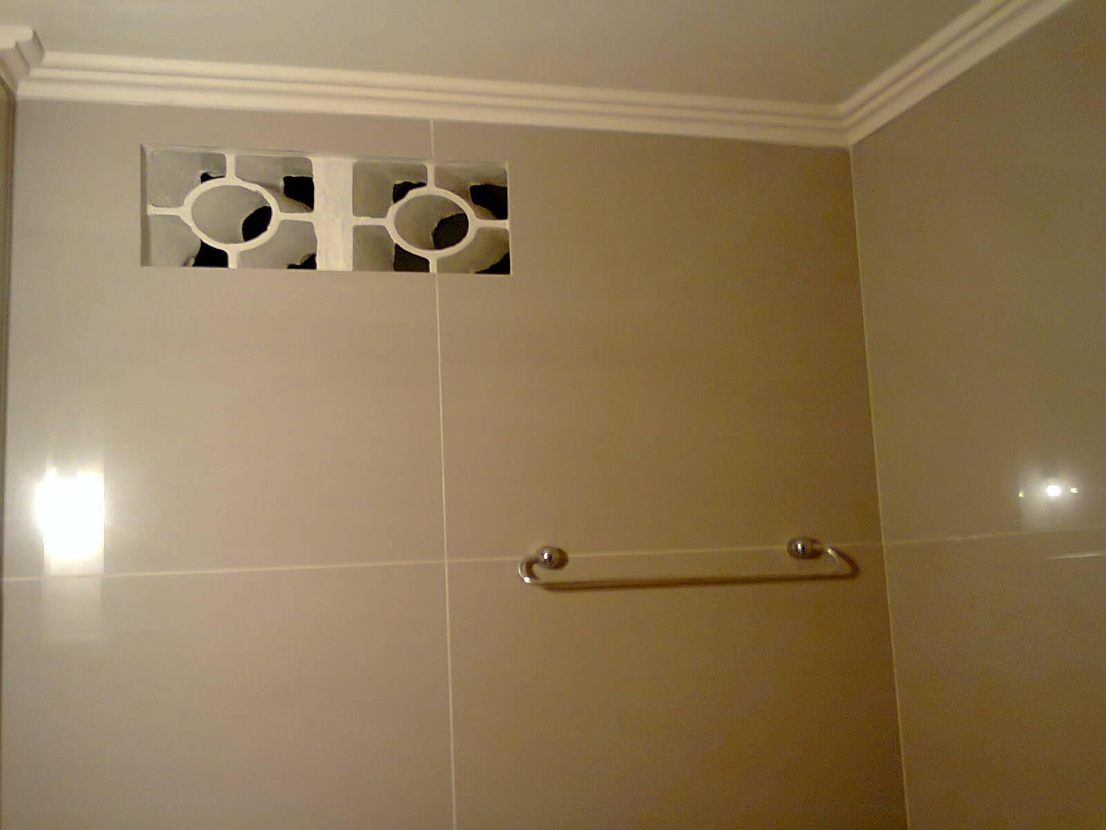 #2C1D08 porcelanato no chão foi colocado piso sobre piso mesmo porcelanato  1600x1200 px reforma de banheiro com porcelanato