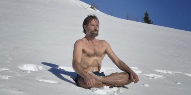 pria ini mendaki gunung everest hanya dengan mengenakan celana pendek.