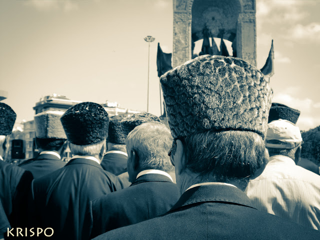 veteranos turcos de espaldas ante estatua