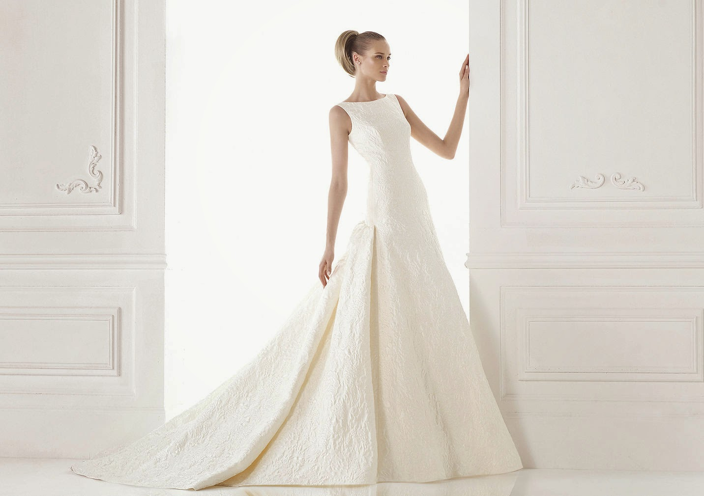 Robe mariée Atelier Pronovias 2015 encolure américaine wedding dress