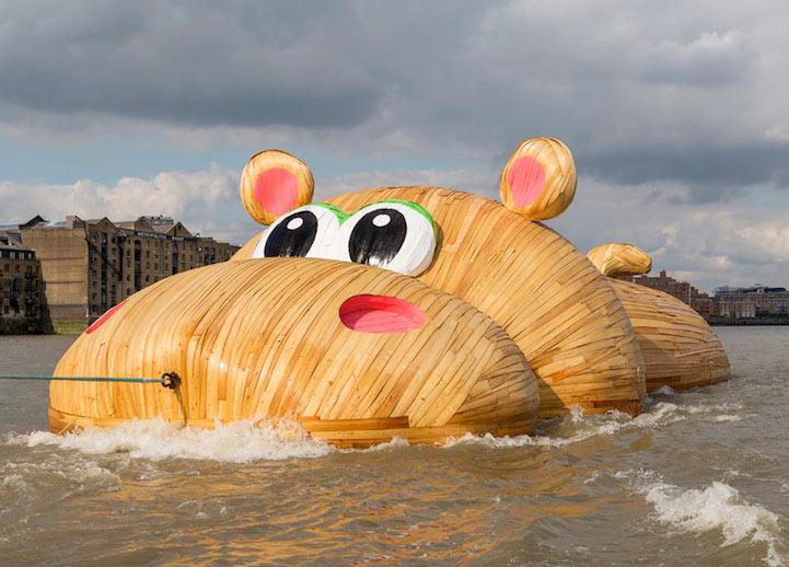 Gigante escultura de hipopotamo flota lúdicamente a lo largo del río Támesis
